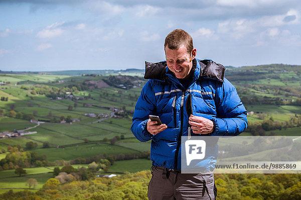 Wanderer beim Lesen von Smartphone-Texten  Pateley Bridge  Nidderdale  Yorkshire Dales