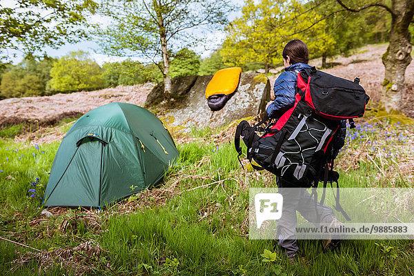 Junge Frau mit Campingausrüstung  Pateley Bridge  Nidderdale  Yorkshire Dales