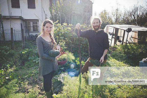 Junges Paar Gartenarbeit  Portrait
