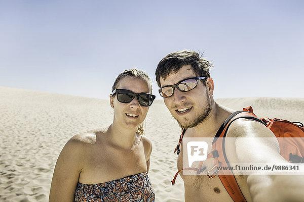Junges Pärchen nimmt Selfie  Dune de Pilat  Frankreich