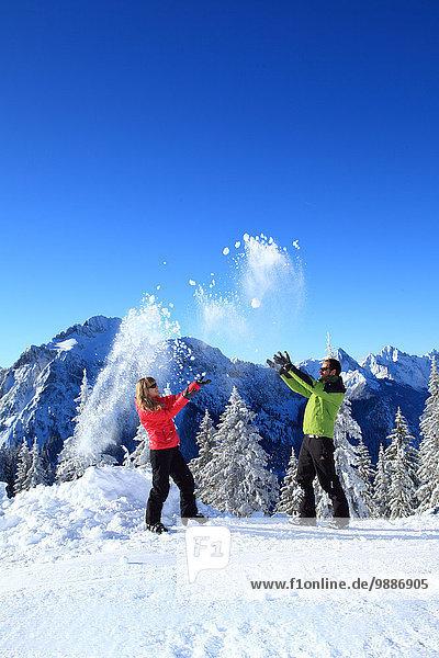 Zwei Personen im Schnee  Tegelberg  Ammergauer Alpen  Allgäu  Bayern  Deutschland  Europa