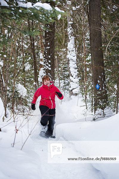 junge Frau junge Frauen Winter bedecken rennen Wald Schneeschuh Schnee