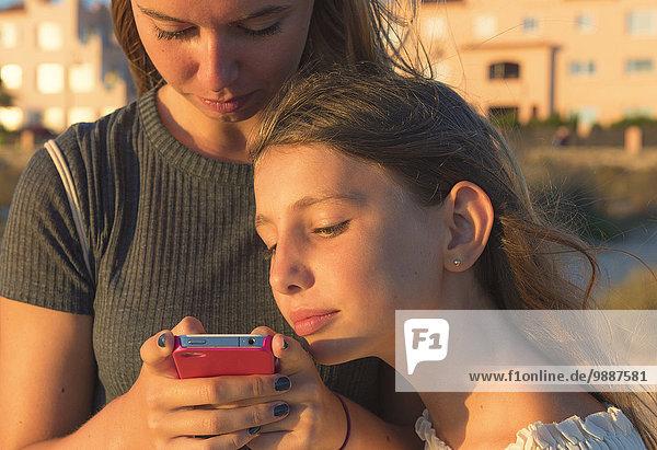 Handy Zusammenhalt Schwester sehen