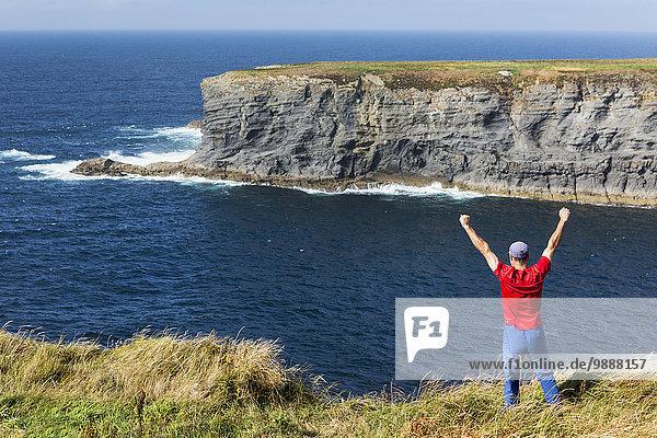 Felsbrocken stehend Mann Ecke Ecken heben Himmel Ozean Ignoranz Insel blau groß großes großer große großen Wiese Clare County Irland