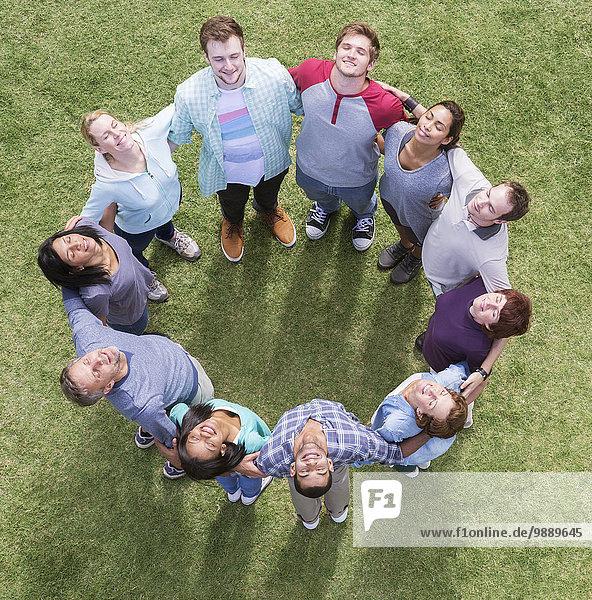 Teambildung verbundener Kreis im sonnigen Feld