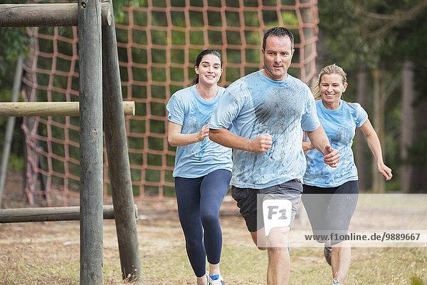 Team läuft auf dem Bootcamp-Hindernisparcours