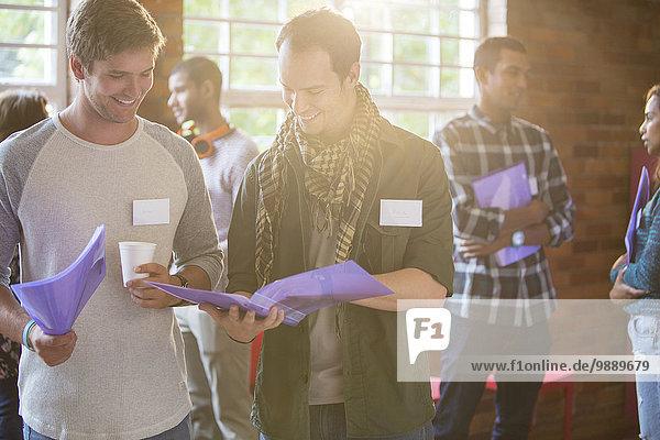Männer lesen Papierkram im Gemeindezentrum