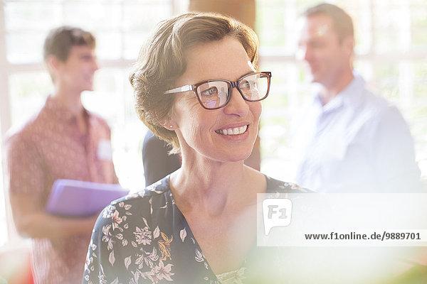 Lächelnde Frau schaut weg