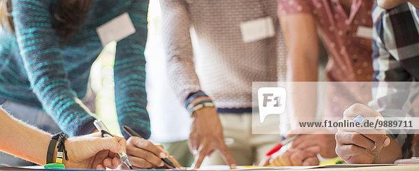 Hände von kreativen Geschäftsleuten beim Brainstorming im Meeting