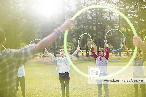 Gruppe durch Kunststoffreifen im Kreis verbunden