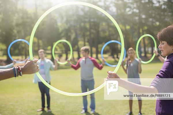 Team im Kreis durch Kunststoffreifen verbunden