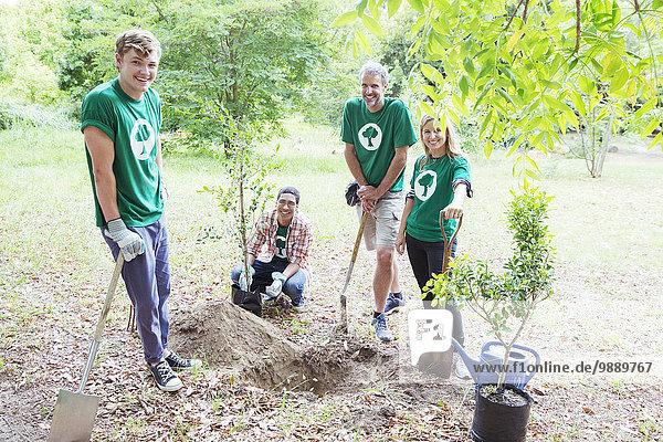 Porträt selbstbewusster Umweltschützer beim Pflanzen neuer Bäume