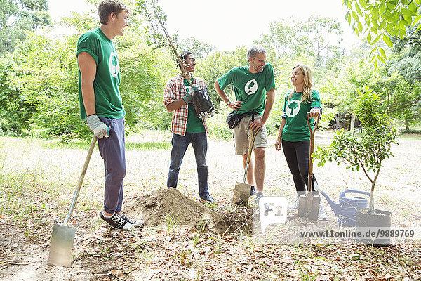 Freiwillige Umweltschützer pflanzen neuen Baum
