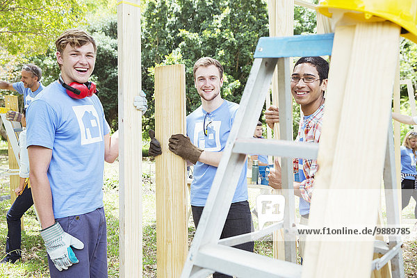 Porträt der lächelnden Freiwilligen auf der Baustelle