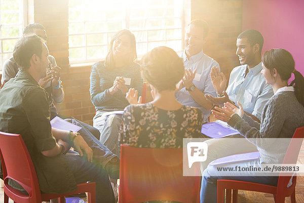 Gruppentherapie Sitzung Klatschen im Kreis
