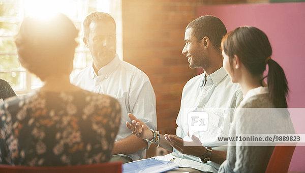 Mann im Gespräch in der Gruppentherapie