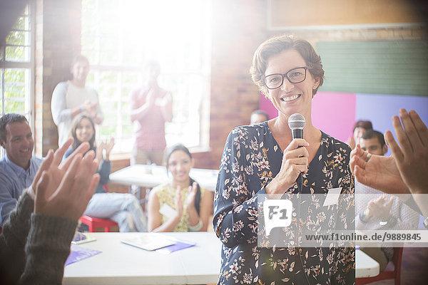 Publikumsklatschen für Frauen im Gemeindezentrum