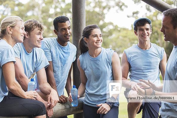 Teamleiter im Gespräch mit Teamkollegen im Bootcamp