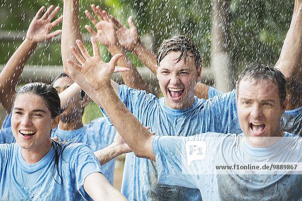 Begeistertes Team jubelt bei Regen im Bootcamp
