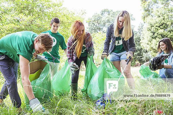 Freiwillige Umweltschützer  die Müll aufsammeln