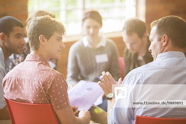 Männer im Gespräch in der Gruppentherapie