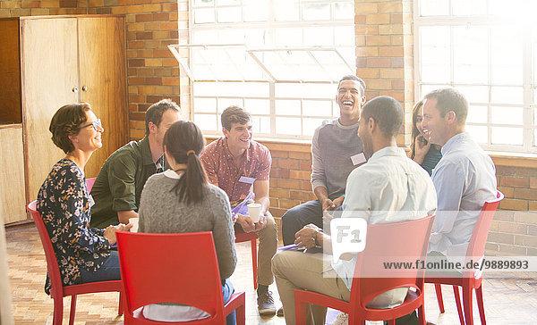Menschen im Kreis geniessen die Gruppentherapie