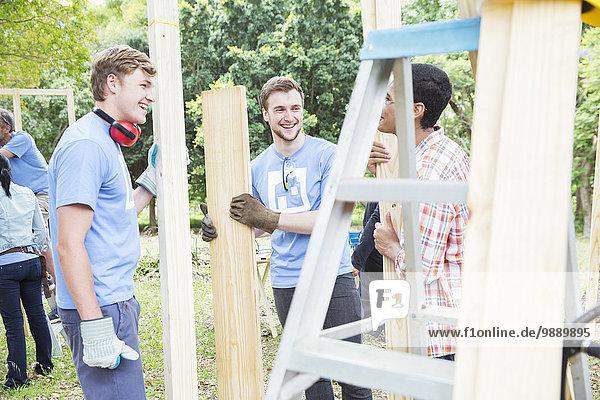 Freiwillige im Gespräch auf der Baustelle