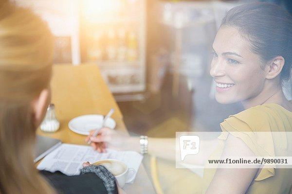 Zwei Freundinnen beim Kaffeetrinken im Cafe