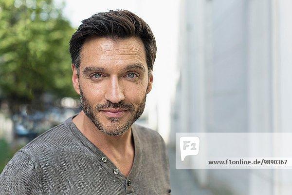 Porträt eines gutaussehenden reifen Mannes auf der Stadtstraße