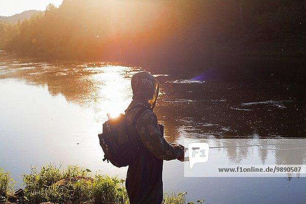 Mittlerer erwachsener Mann beim Fischen vom Flussufer  Sarsy Dorf  Gebiet Swerdlowsk  Russland