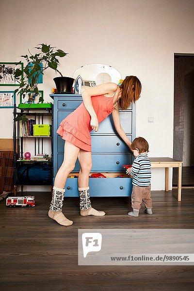 Mittlere erwachsene Frau und Kleinkind-Sohn im Spielzimmer