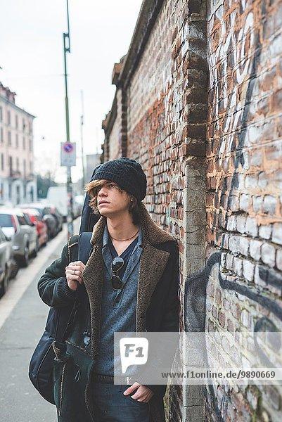 Musiker zu Fuß entlang der Stadtmauer  Mailand  Italien
