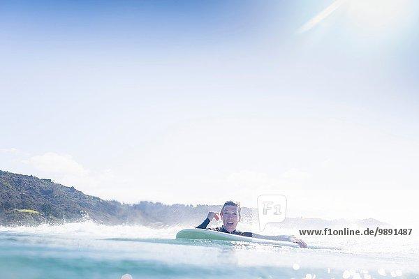 Surfer im Wasser  Bay of Islands  Neuseeland