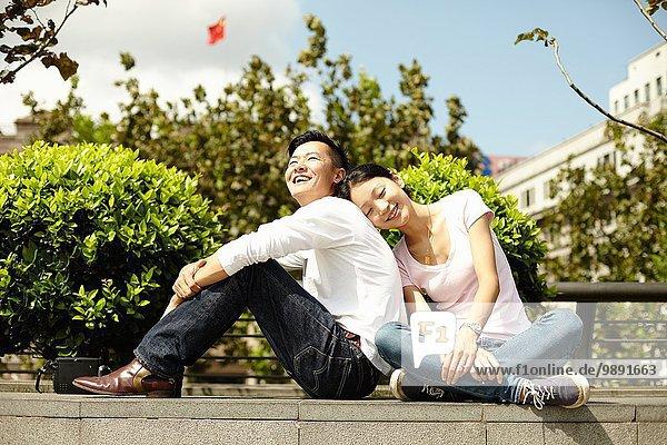 Paar auf Wand sitzend  The Bund  Shanghai  China
