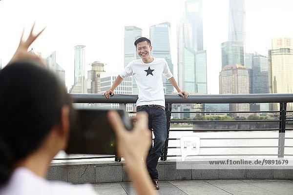 Touristisches Posing für Freundin mit Sofortbildkamera  The Bund  Shanghai  China