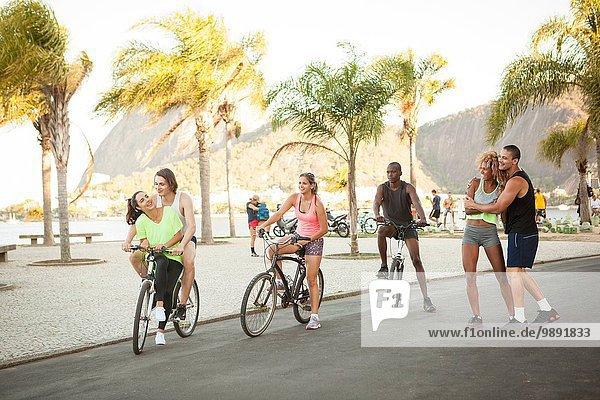 Training für erwachsene Freunde im Park auf Fahrrädern  Rio De Janeiro  Brasilien