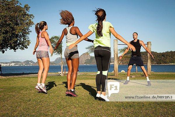 Freundinnen beim Training im Park mit Personal Trainer  Rio De Janeiro  Brasilien