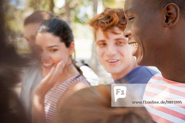 Gruppe von Schülern lacht im Freien