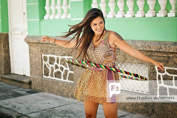 Student feiert  demonstriert Hula Hoop-Fähigkeiten auf der Straße  Rio de Janeiro  Brasilien