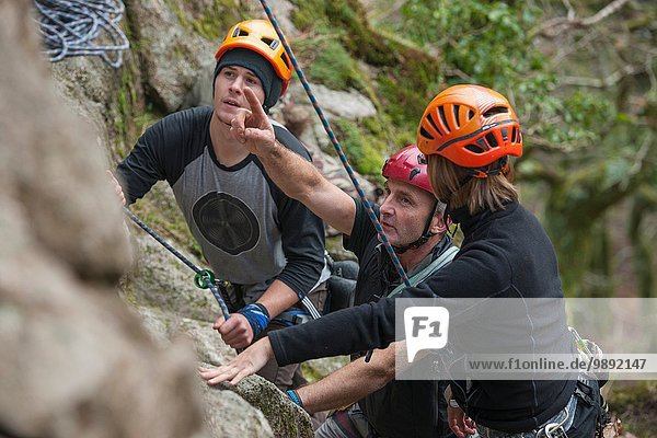 Drei Kletterer planen Route