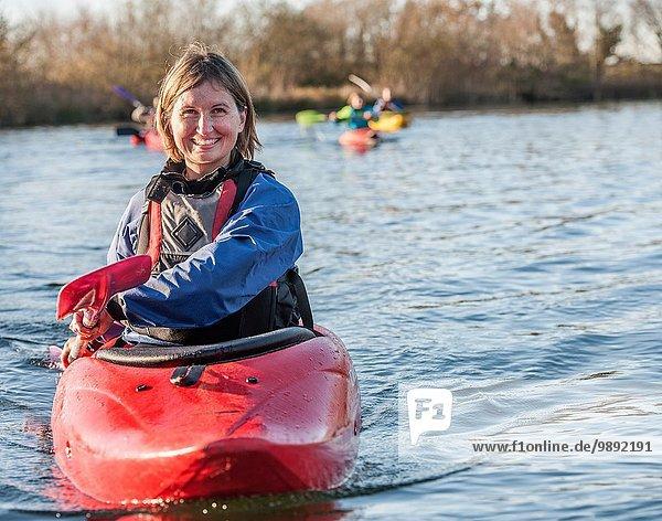 Mittlere erwachsene Frau beim Kajakfahren auf dem See  Portrait