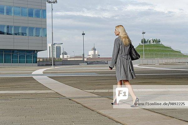 Geschäftsfrau  Spaziergang im Freien entlang des Weges  Rückansicht
