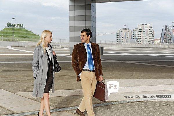 Geschäftsmann und Geschäftsfrau  gemeinsam unterwegs  im Freien