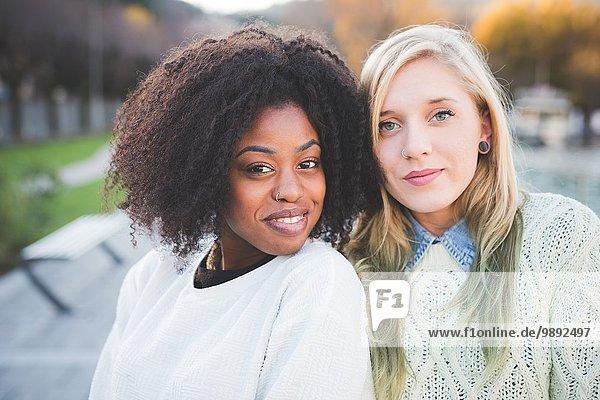 Porträt von zwei jungen stilvollen Freundinnen im Seepark  Como  Italien