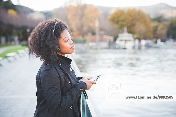 Porträt einer jungen Frau mit Blick aus dem Park am Comer See  Italien