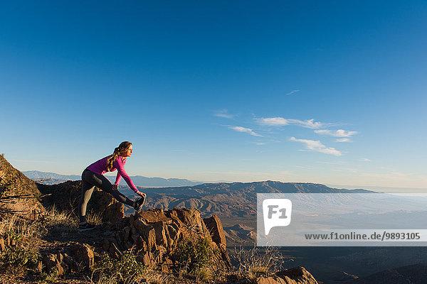 Junge Trailrunnerin beim Aufwärmen auf dem Pacific Crest Trail  Pine Valley  Kalifornien  USA