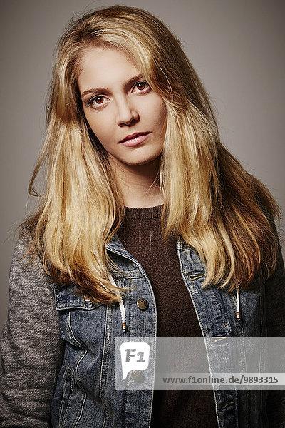 Porträt einer Frau in Jeansjacke