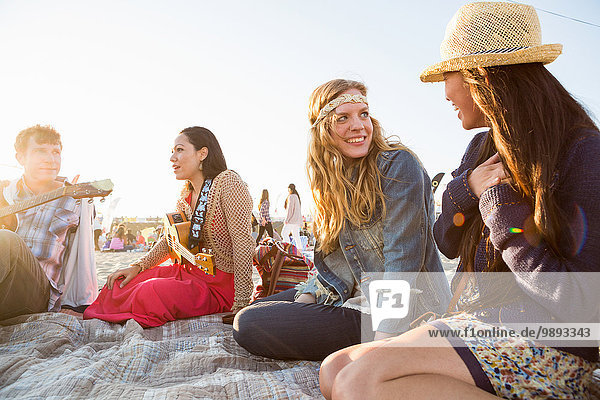 Freunde treffen sich am Santa Monica Pier  Santa Monica Beach  US