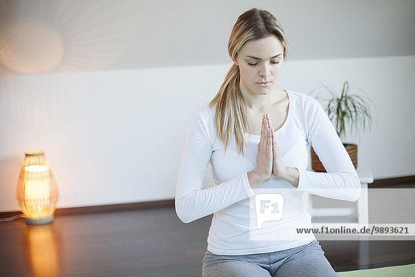 junge Frau junge Frauen üben Yoga