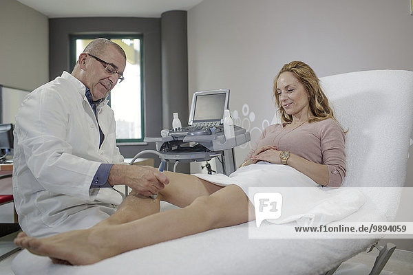 Frau Arzt reifer Erwachsene reife Erwachsene Untersuchung